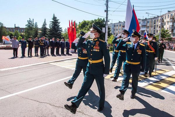 Праздник с масками на лице - Парад Победы в Калуге: как это было