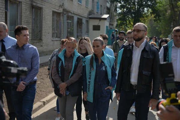 Юлия Барановская посетила калужское общежитие, которое восстанавливает партия «Новые люди»